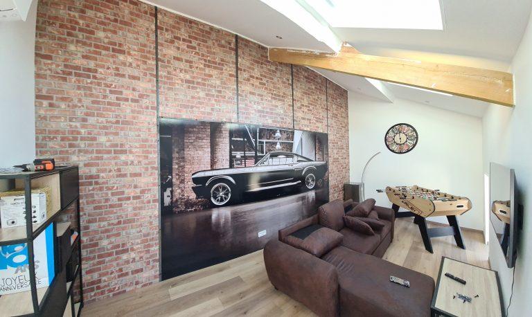 Studio avec déco murale motif briquette et poster